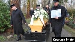 علیرضا صبوری در تهران زخمی شد، به آمریکا پناهنده شد، در بوستون در گذشت و سرانجام در آلمان به خاک سپرده شد.