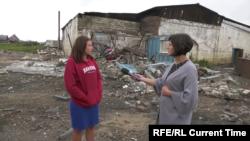 Юлия Степанченко возле разрушенного автосервиса