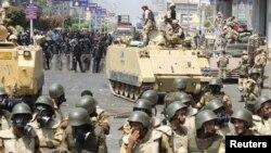 Njësitë speciale të Egjiptit dhe personeli i ushtrisë marrin pozicion në Kajro gjatë përleshjeve me përkrahësit e Vëllazërisë Myslimane, 14 gusht 2013