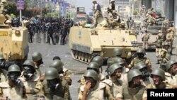 Вооруженные военные и полицейские на месте, где ранее располагались лагеря сторонников свергнутого президента Египта Мохаммеда Мурси. Каир, 14 августа 2013 года.