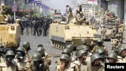 Спецподразделения полиции и военные на улицах Каира. 14 августа 2013 года.