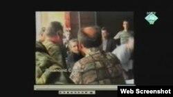 Snimak Ratka Mladića sa predstavnicima civila bošnjačke nacionalnosti prikazan na suđenju Radovanu Karadžiću, 29. studeni 2011.