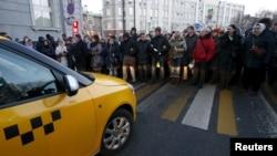 Орусия -- Борбордук банктын алдына акцияга чыккандар. Москва, 8-февраль, 2016.