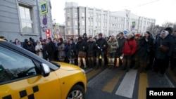 Около 100 валютных ипотечников собрались перед зданием Центробанка, 8 февраля 2016 года