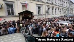 Люди у Басманного суда, где идет процесс по делу Кирилла Серебренникова. 23 августа 2017