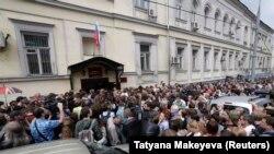 Acțiune în sprijinul lui Kiril Serebrenikov, în jața unei judecătorii la Moscova