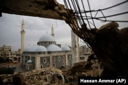 Мешіттің қираған үйден түсірілген суреті. Хомс, Сирия, қаңтар 2018 жыл.