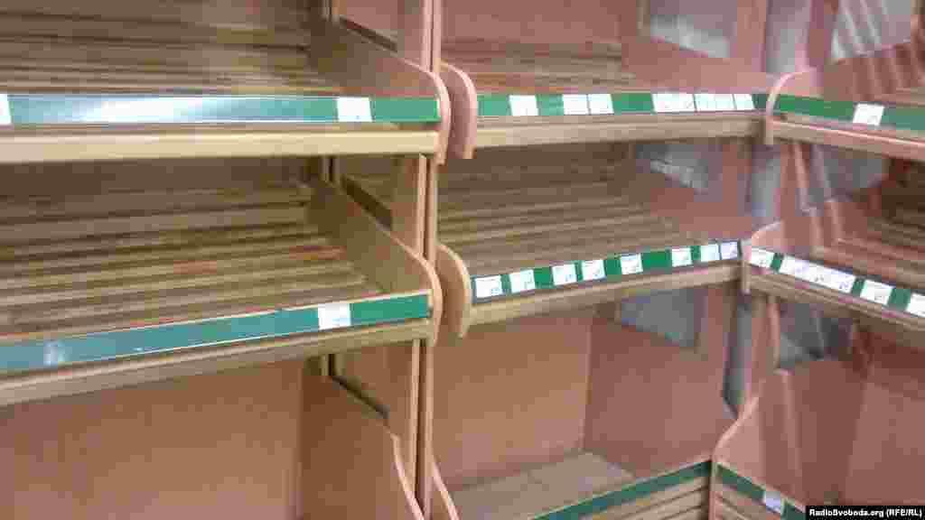 Порожні хлібні полиці у Шевченківському районі. Хліб підвозили, але його миттєво розбирали.