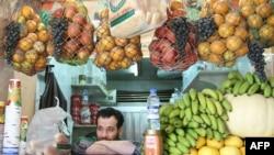 بائع عصائر في دمشق بانتظار الزبائن