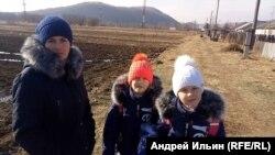 Жительница Стеклянухи Валентина Пронина с двумя дочерьми. Урожай с огорода – основа рациона их семьи