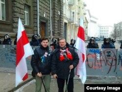 Алег Аучиньнікау (ліворуч) поблизу Адміністрації президента у Києві