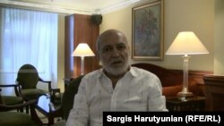 Политолог Андраник Мигранян беседует с журналистами, Ереван, 3 сентября 2014 г.
