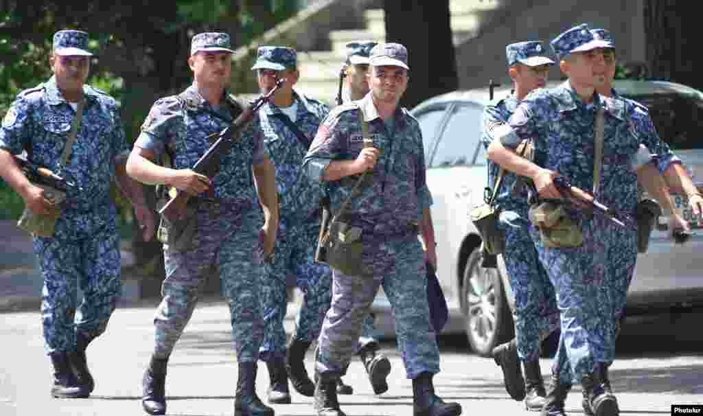 """Вооруженные сотрудники полиции у захваченногоактивистами движения """"Учредительный парламент"""" здания полиции."""