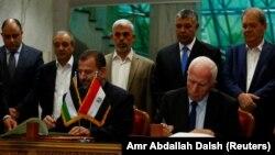 Керівники делегацій «Хамасу» Салех Арурі і «Фатху» Аззам Ахмад підписують угоду про примирення, Каїр, 12 жовтня 2017 року