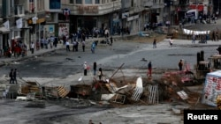 Stambul şäheriniň Taksim meýdançasynda dikeldilen barrikadalar. Stambul, 12-nji iýun, 2013.