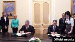 Armenia -- Prime Minister Tigran Sarkisian (R) and Viktor Khristenko, chairman of the Eurasian Economic Commission, sign a memorandum in Yerevan, 10Apr2013.