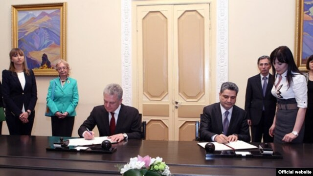 Armenia -- Prime Minister Tigran Sarkisian (R) and Viktor Khristenko, chairman of the Eurasian Economic Commission, sign a memorandum in Yerevan, 10Apr2013.