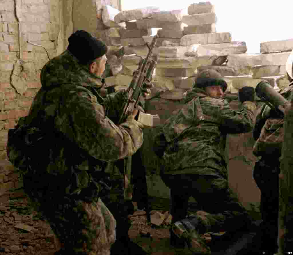 Federal troops during a firefight in Grozny in January 2000.