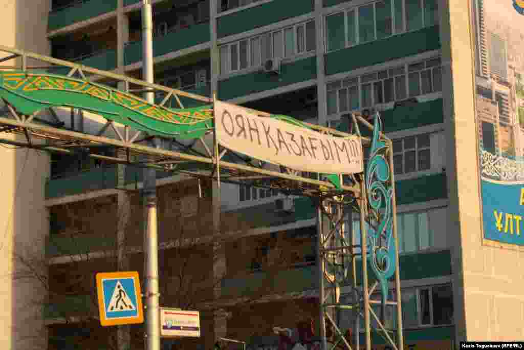 """Close to the central square in Aktau, a protesters' banner reads """"Kazakhs, Wake Up!"""""""