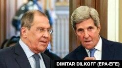 Специјалниот американски пратеник за климатски промени Џон Кери и рускиот министер за надворешни работи Сергеј Лавров по состанокот во Москва, 12 јули 2021.