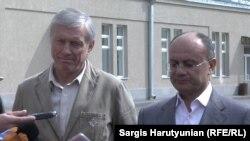 Генсек ОДКБ Николай Бордюжа (слева) и министр обороны Армении Сейран Оганян, полигон «Баграмян», 4 октября 2015 г.
