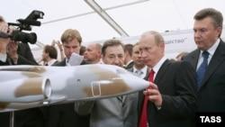 Виктор Янукович (справа) использовал удобный авиакосмический повод, чтобы отметиться рядом с Путиным