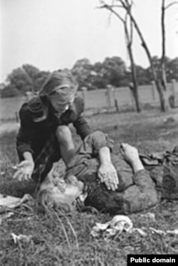 Польская девочка плачет над телом сестры, убитой в результате немецкого авианалета, сентябрь 1939 года