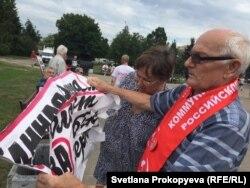 Виктор Дуля с порванным полицией плакатом
