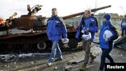 Представники Спеціальної моніторингової місії ОБСЄ в Україні в зоні конфлікту на Донбасі
