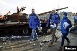 Глава СММ ОБСЕ в зоне конфликта Александр Хуг (слева) осматривает место недавних боев под Мариуполем. 27 января 2016 года