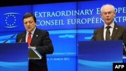 Председатель Еврокомиссии Жозе Мануэл Баррозу (слева) и Председатель Европейского Совета Херман Ван Ромпей выступают сегодня в Брюсселе после саммита ЕС