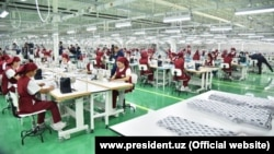 Президент Шавкат Мирзияевтің Жизақ облысына сапары кезінде «Зарбдор текстиль» комбинатында отырған адамдар.