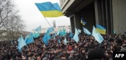 Багатотисячний мітинг на підтримку територіальної цілісності України, скликаний Меджлісом кримськотатарського народу. Сімферополь, 26 лютого 2014 року