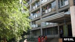 Қазақ мемлекеттік құрылыс басқару академиясының жатақханасы. Алматы, 22 шілде 2009 жыл.