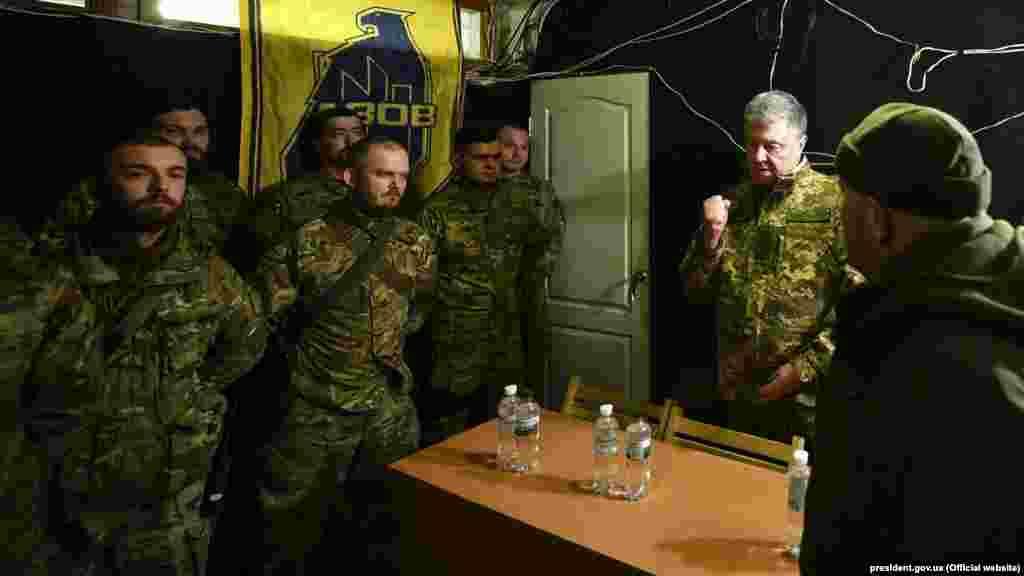 Президент України Петро Порошенко під час зустрічі з бійцями полку «Азов» на передовій позиції української армії на Донеччині, 14 березня 2019 року
