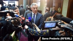 Novinari uzimaju izjavu od premijera Mila Đukanovića, ilustrativna fotografija