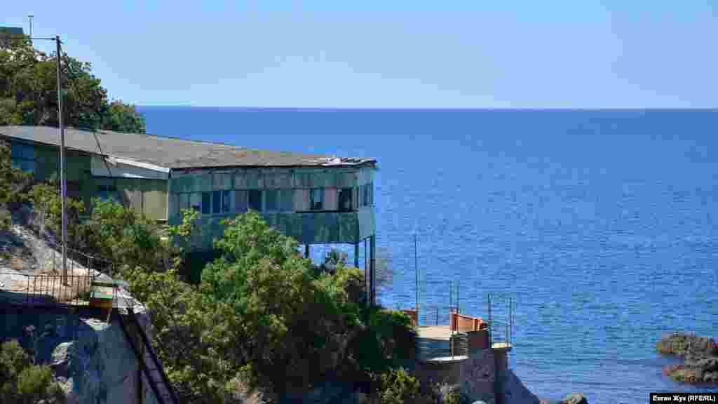 На березі можна побачити такі споруди
