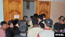 Сотни безработных пытаются попасть на ярмарку вакансий. Атырау, 3 февраля 2009 года.