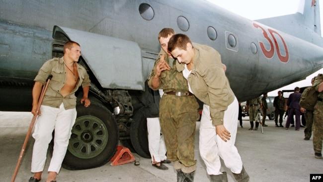 Раненых российских военных эвакуируют из Грозного. Август, 1996 г.