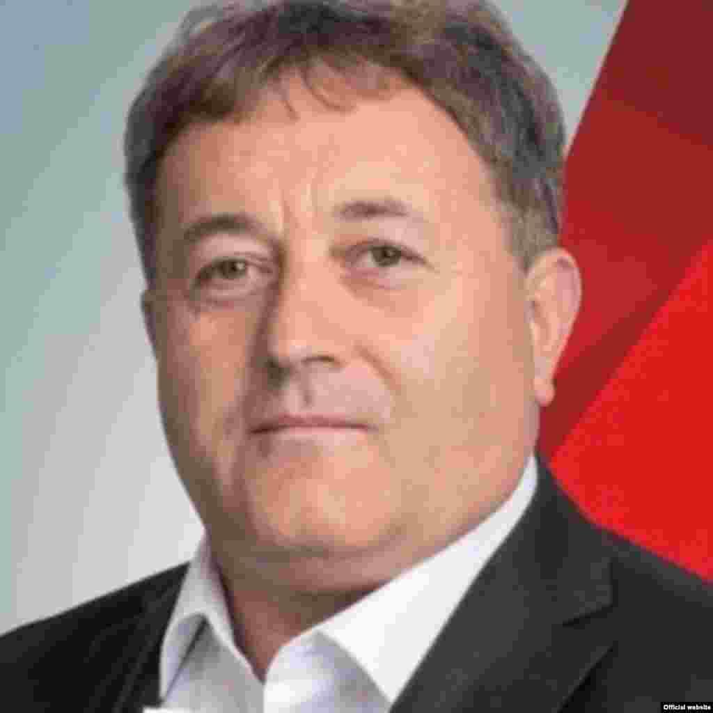 Градоначалникот на Ново Село, Боро Стојчев поднел оставка од функцијата. Оставката, како што се наведува, до дописот до претседателот на советот и советот на Општината, ја поднел поради морални причини. Неговата партија, СДСМ, побара оставка од него откако беше осуден на шест месеци затвор за шверц на цигари, а обвинителството побара да му се активира и стара условна пресуда од две години затвор за злоупотреби во службата.