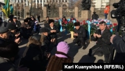 Гражданские активисты слушают слова молитвы в память о жертвах Жанаозенских событий 2011 года и Декабрьских событий в Алматы 1986 года. Алматы, 16 декабря 2015 года.