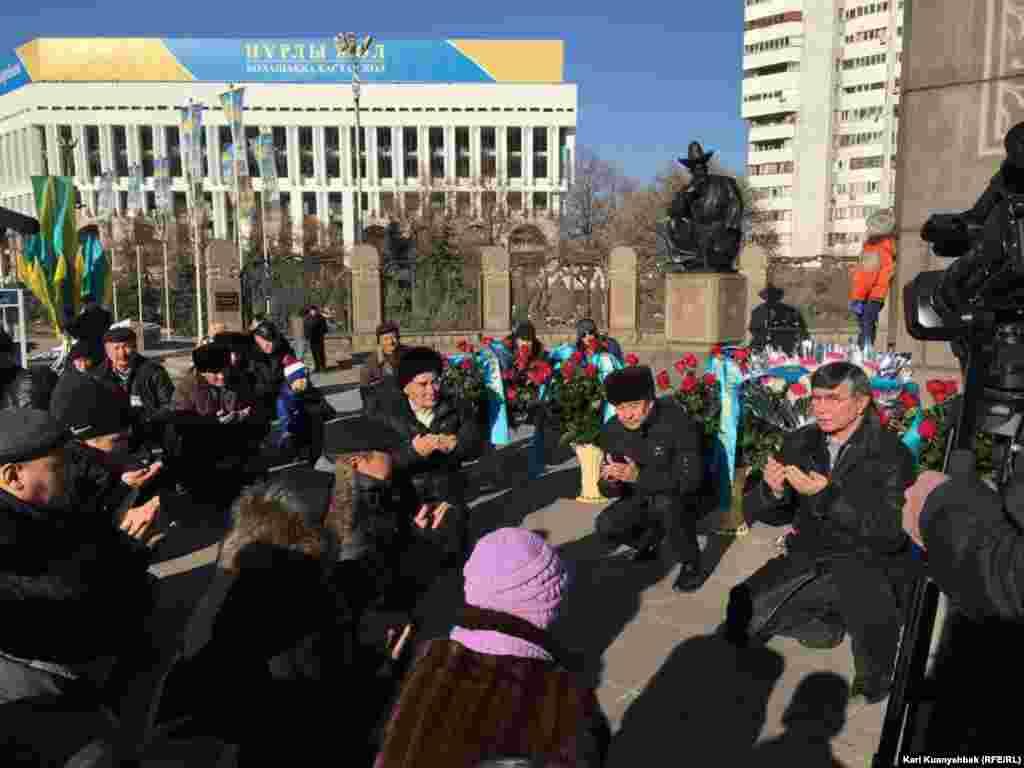 Собравшиеся в центре Алматы на площади Республики у Монумента Независимости гражданские активисты почтили память жертв Жанаозенских событий 2011 года и Декабрьских событий в Алматы 1986 года молитвой.