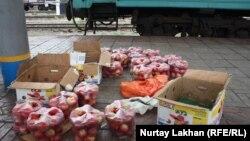 Продажа яблок рядом с железнодорожным вокзалом в Алматы. 2 октября 2014 года.