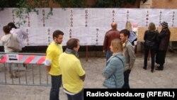 На виборчій дільниці в Римі малолюдно, виборці знайомляться з програмами партій, 26 жовтня 2014 року