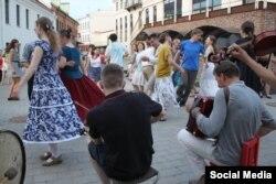 Летам танцавальныя вечарыны ладзяцца ў цэнтры Менска (Фота з суполкі vk.com/narod_tancy)