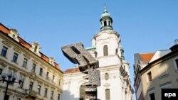 Теперь на площади Кафки в Праге стало еще многолюдней.