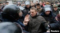 Полиция оппозиционер Алексей Навальныйды сот ғимараты алдында тұтқындап жатыр. Мәскеу, 24 ақпан 2014 жыл.