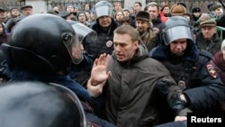 Полиция Москвадагы соттун маңдайынан кармап кеткендердин катарында Алексей Навальный да бар болчу, 24-февраль, 2014