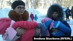 """Жительницы комплекса """"Махаббат"""" Меруерт Туруспаева (слева) и Динара Досманова пришли в суд с детьми. Астана, 12 марта 2014 года."""