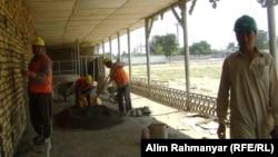 Строители на территории будущего женского парка в Шебергане. Август 2013 года.
